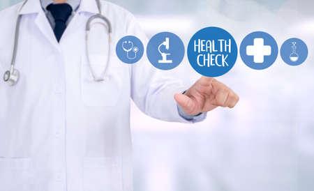 GESUNDHEITSPRÜFUNG Medizin Arzt arbeitet mit Computer-Schnittstelle als medizinische