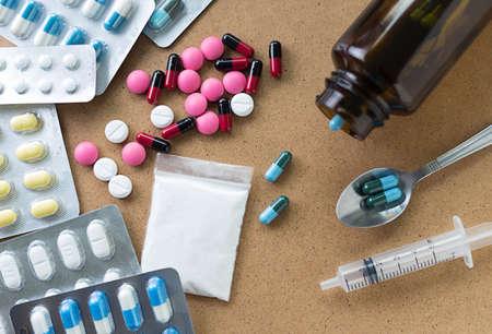 Drugspuit en heroïne lepel medicament container voor gezondheid Apotheek Stockfoto