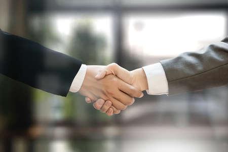 M ・ A (合併と買収)、オフィス M & A で働いているビジネスマン握手