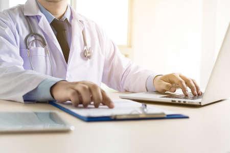 De arts en de patiënt bespreken iets, enkel spreken de handen arts die haar patiënt geruststelt Stockfoto - 78973430