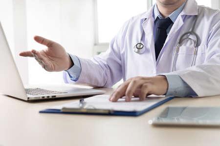 De arts en de patiënt bespreken iets, enkel spreken de handen arts die haar patiënt geruststelt