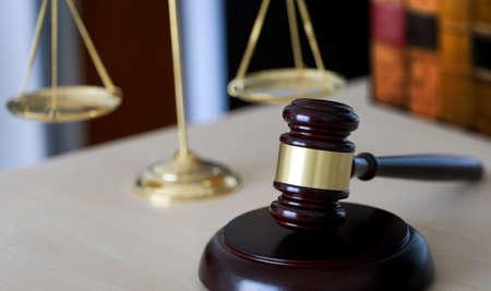 Mazo y juez legal martillo escalas de justicia y ley trabajando en mesa Foto de archivo - 80630604