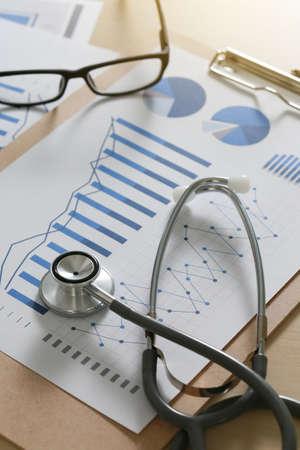 Financieel rapport grafiek en rekenmachine Medisch rapport en stethoscoop concept Stockfoto - 84907155