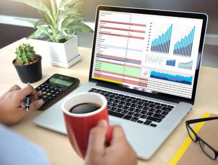 Technologie de l'information des entreprises Les gens travaillent dur Statistiques d'analyse de données