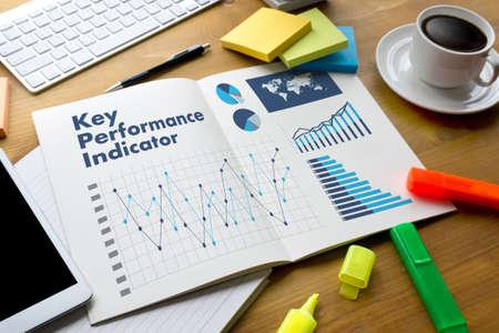 KPI (主要業績評価指標) の頭字語ビジネス チームの財務報告書とノート パソコンと仕事で手します。 写真素材