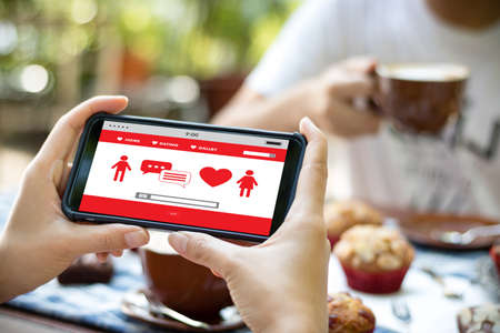 赤ハート オンライン デートを見つける愛デート カップル デート幸福のヒント 写真素材