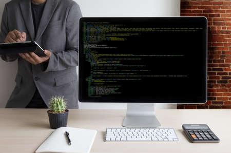 Ontwikkelaar Team Werkende Laptop Computer Mobiele applicatie Software en Webdesign Online Technology Content script om weer te geven