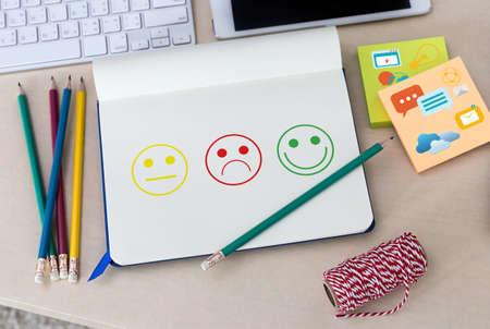비즈니스 남자와 여자 만족도 평가에 행복 선택? 그리고 기분 좋은 스마일하고 평가해라.