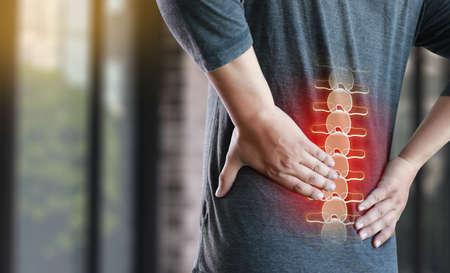 młody człowiek Uczucie bólu Dolny ból pleców Koncepcja złagodzenia bólu