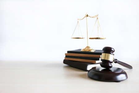 el concepto de justicia y ley juzga al martillo, trabajando con firmas de abogados informáticos digitales que dan confianza