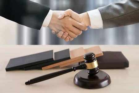 El concepto de justicia y ley juzga al mazo, trabajando con firmas de abogados de computadoras digitales dando confianza Foto de archivo - 87735015