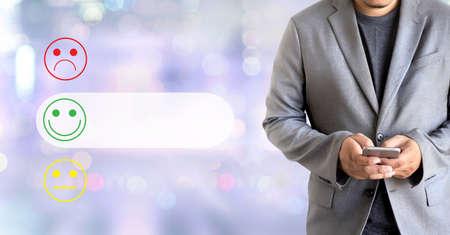 zakenman en vrouw selecteren gelukkig op tevredenheidsevaluatie? En goed humeur smiley en beoordelen
