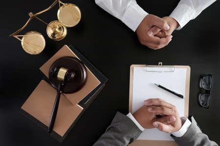 Biznesmen uścisk dłoni Sędzia młotek z prawnikami Sprawiedliwości ufają Obietnicy Wygraj sprawę