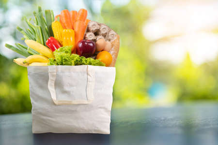 gezondheidsvoedsel in supermarkt online Boodschappen doen concept