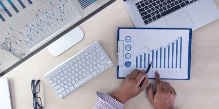 Analyse der Arbeit Buchhaltung auf Laptop-Investitionskonzept.