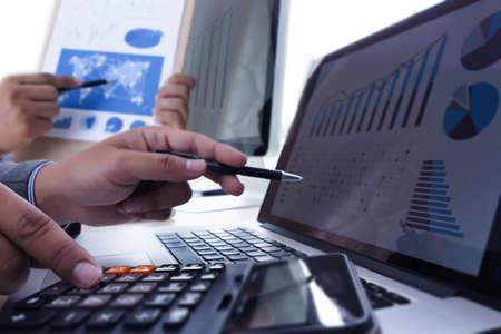 Analizando el trabajo Contabilidad en concepto de inversión portátil. Foto de archivo