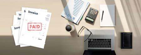 Close-up-Mann arbeiten Rechnung Rechnung bezahlt Zahlung im Büro Rechnungseinsparungen, Finanzrechnung