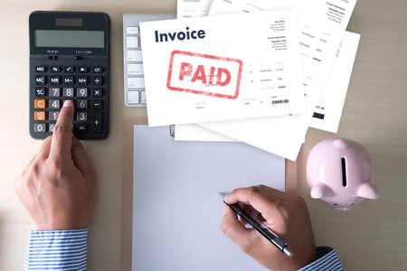 Close-up uomo lavoro fattura fattura pagata in ufficio risparmio fattura, fattura finanziaria