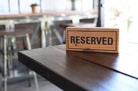 Restaurant reservierter Tischzeichen reservierter Tisch. Ein Reservierungsschild auf dem Holztisch