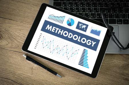 Concepto de metodología Manos del equipo empresarial en el trabajo con informes financieros y una computadora portátil