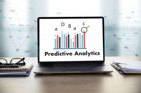 El empresario de análisis predictivo que trabaja en el escritorio de la oficina y el uso de computadoras y objetos, café, vista superior,