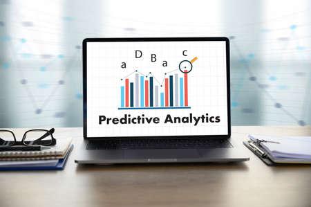 Predictive Analytics Geschäftsmann, der am Schreibtisch arbeitet und Computer und Objekte, Kaffee, Draufsicht verwendet,
