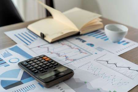 homme d'affaires travaillant à l'aide d'une calculatrice réalisation du concept de comptabilité financière pour équilibrer la comptabilité de l'assistant de l'homme
