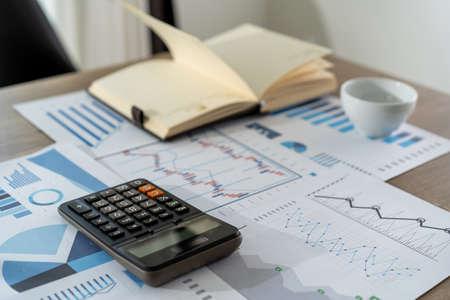 uomo d'affari che lavora utilizzando una calcolatrice finanza concetto di contabilità realizzazione per bilanciare la contabilità dell'assistente dell'uomo