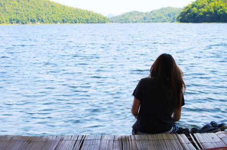 lagos: Lonely girl adolescente sentado Foto de archivo