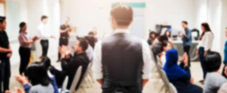 出席者の背景を持つ会議ホールやセミナールームの抽象的なぼやけた写真 写真素材