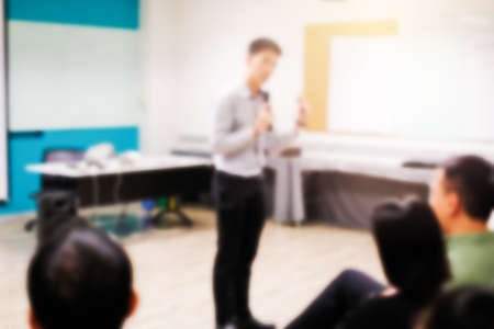 ボード、授業の計画についての報告を行うスマート学生近く成功したマーケティング キャンペーンに立っての研修コンセプトのグループに説明する
