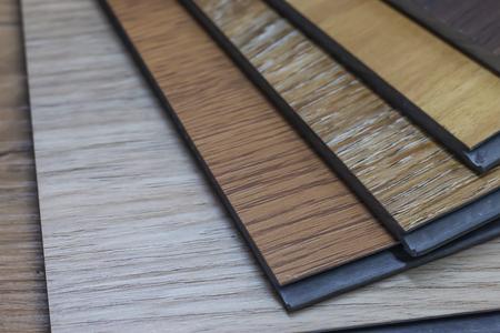 Muestra de vinilo de polímero de PVC para que los clientes elijan el diseño del piso dentro del espacio de copia