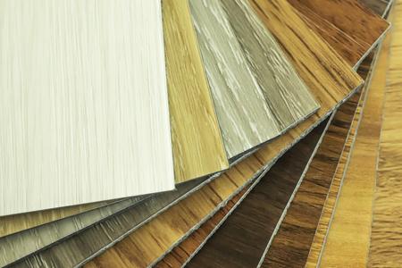 Muestra de vinilo de polímero de PVC para que los clientes elijan el diseño del piso en el espacio de copia