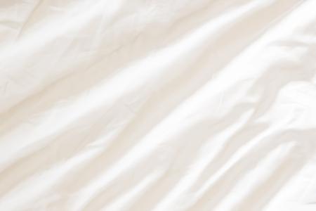 Primo piano della biancheria da letto Lenzuola bianche con spazio per le copie