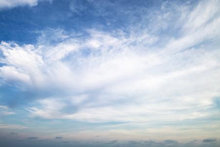 Luz del atardecer con nubes y cielo azul Foto de archivo