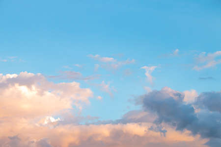 Beautiful sky in the evening with beautiful clouds 免版税图像