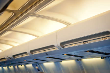 Flugzeug-Innenraumausstattung. Gepäckraumabdeckung Reihe.