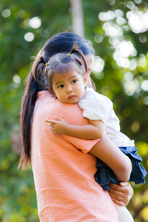 Madre E Figlia Sono Di Amarsi Con Un Abbraccio La Famiglia