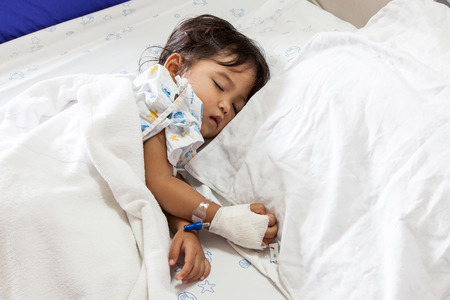 niños enfermos: Los niños de dormir enfermo en la cama en el hospital
