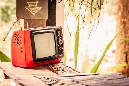 television antigua: pequeña televisión vieja en mesa de madera Foto de archivo