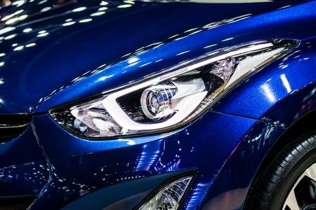 Moderna luce anteriore brillante di auto