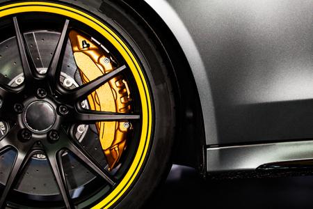 Parte de la moderna nuevo coche rueda con las pastillas de freno de disco