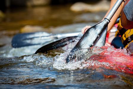 Focus een deel van de jonge persoon rafting in de rivier.