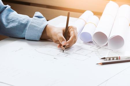 책상에 작업 캐주얼웨어에 자신감이 건축가 여성의 근접. 프로젝트를 구축하는 개념.