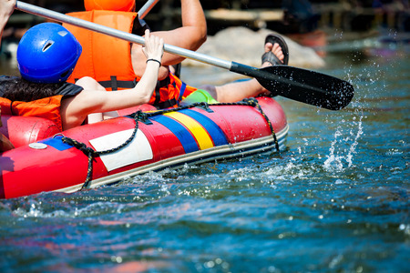 zapatos de seguridad: Enfoque una parte de la persona joven está rafting en el río.