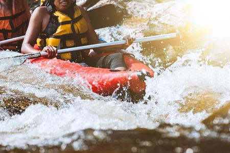 若い人が観光地で極端な楽しいスポーツ、川でラフティング 写真素材