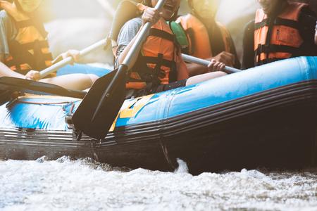 Jongere raften op de rivier, extreme en leuke sport op toeristische attractie Stockfoto