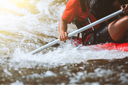 Jeune personne de rafting sur la rivière, sport extrême et amusant à l'attraction touristique