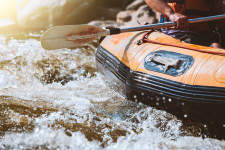 Jugendlicher, der auf dem Fluss, dem Extrem und dem Spaßsport an der Touristenattraktion flößt Standard-Bild - 92344699