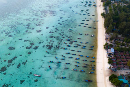 Aerial view or top view of beautiful long beach with the emerald sea at Koh Lipe island in Satun, Thailand. - Image 免版税图像